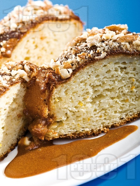 Домашен козунак с шоколад, сметана и орехи във форма за кекс - снимка на рецептата